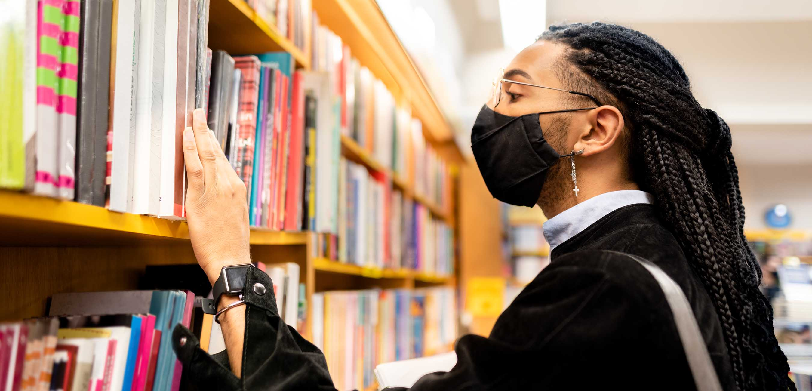 iStock-1289937036 black man browsing library shelves